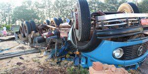 Suspeito de furto morre após capotar caminhão em Engenheiro Coelho