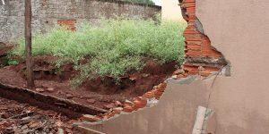 Chuva derruba muro da Polícia Militar de Engenheiro Coelho